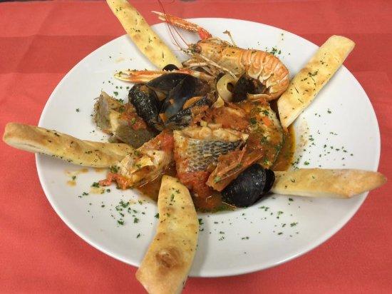 Sandhausen, Alemania: Zuppa di Pesce - Gemischter Fischteller mit frischen Tomaten in Weißweinsud