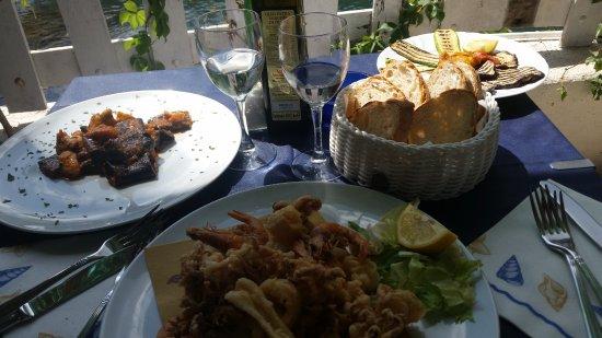 Ansedonia, Italia: fritto misto e paccheri nero di seppia con ragù di rana pescatrice