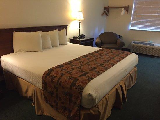 Aladdin Inn: Comfy huge bed