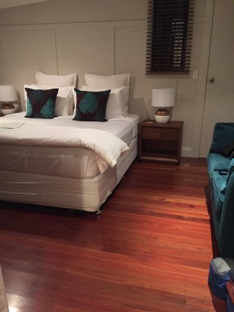 Cavvanbah Beach House: Super comfy bed & small sofa
