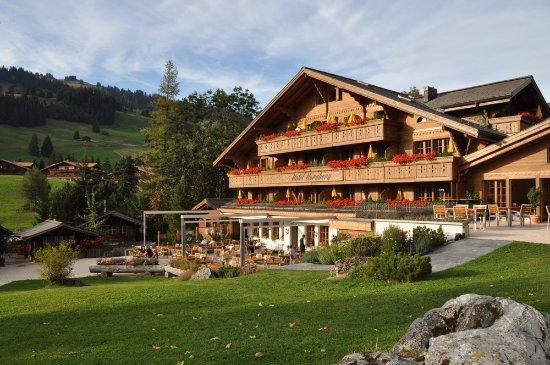 Saanenmoser, Ελβετία: Die Sonnenterrasse und unsere neue Fassade.
