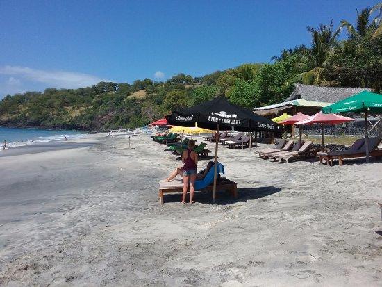 White Sand Beach : Warungs on beach