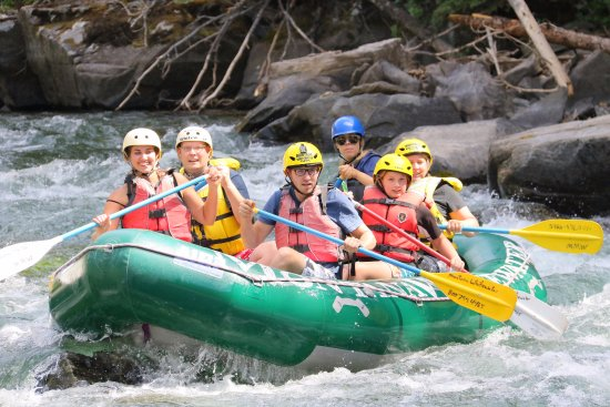 Gallatin Gateway, MT: Daughter's (middle one on the right) first time rafting and she's having a blast!