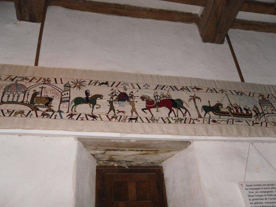 Chateau Fort de Pirou: Un pan de la tapisserie qui fait plusieurs mètres