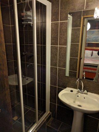 Guguletu, Zuid-Afrika: Clean and modern shower!