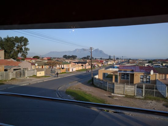 Guguletu, Sydafrika: Table Mountain in the distance. Lots of residences around.