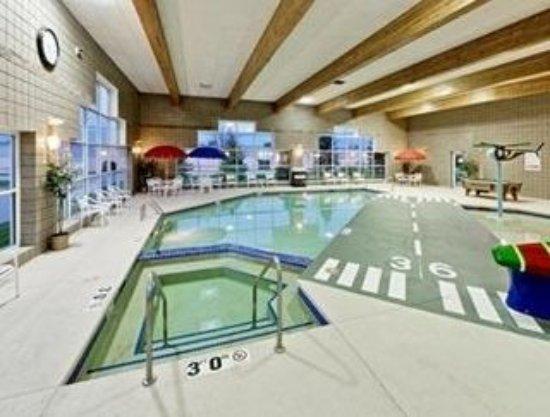 Hawthorn Suites by Wyndham Oshkosh: The Pool Room