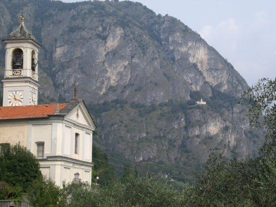 Griante, Italia: View of the church from the village below
