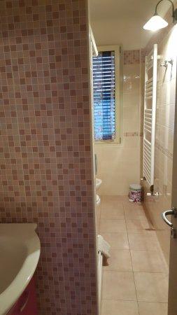 Montescudo, Italia: bagno con doccia