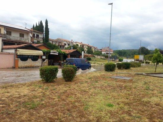 Srdela: La via di fronte in un giorno di pioggia