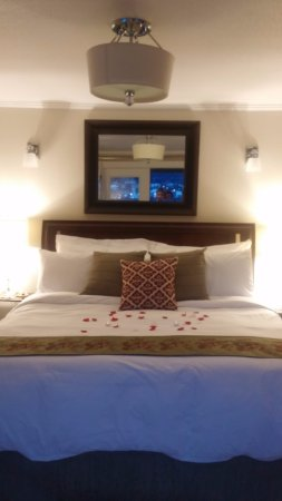 Beachside Villa Luxury Inn: Rose petals on the bed of the Penthouse Suite