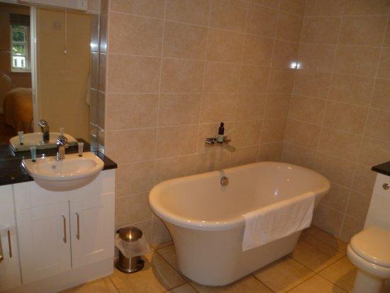Manuden, UK: Huge bathroom