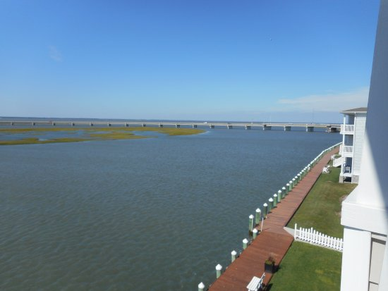 Hampton Inn and Suites Chincoteague-Waterfront: rear boardwalk