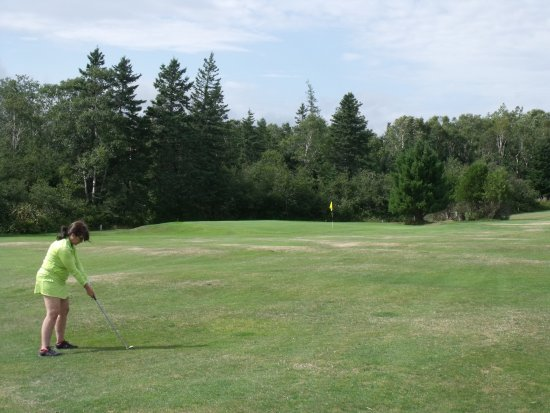 Parrsboro Golf Course: Chip to the green!