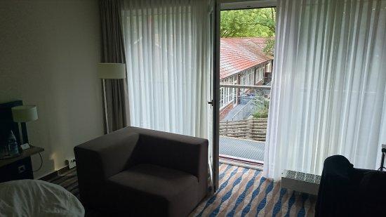 Mercure Hotel Am Entenfang Hannover: Das Gebäude vor dem Zimmer ist eine Schule, eventuell unter der Woche am Morgen laut.