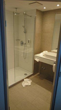Mercure Hotel Am Entenfang Hannover: Das WC befindet sich in einem eigenen Raum.
