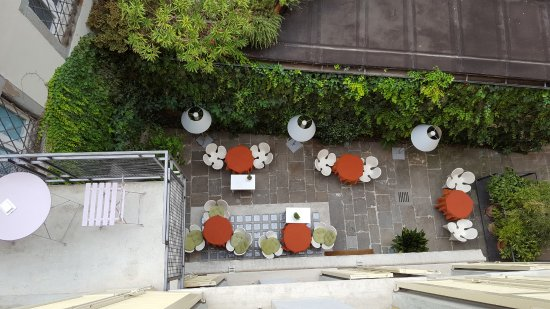 Petronilla Hotel: The courtyard where breakfast is served