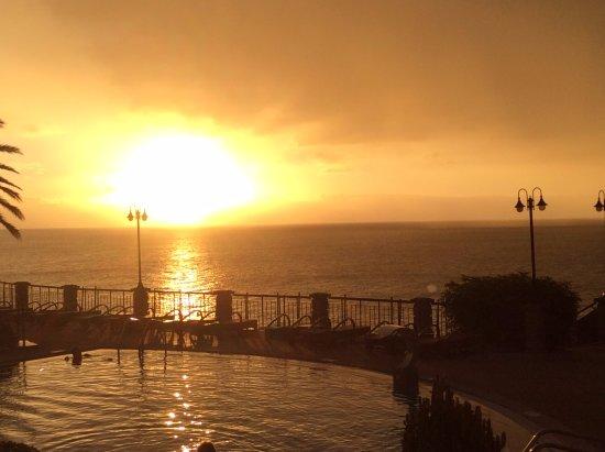 Hotel The Cliff Bay: Auringonnousu hotellin pienemmällä uima-altaalla.