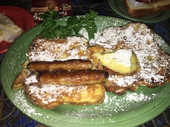 Moulin Rouge Restaurant: Cream cheese stuffed French Toast and sausage