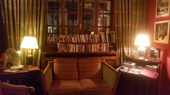 Hotel de la Bretonnerie: Library nook in the lobby. A large portion are in English.