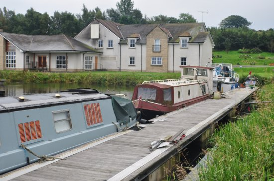 Kilsyth, UK: The Boathouse from the canal side