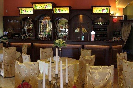 Rybnik, Polen: wnętrze Restauracji Kasjopeja, widok na bar lokalu