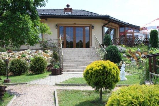 Rybnik, Polen: wyjście tylne z restauracji, widok z ogrodu