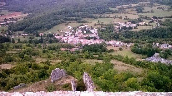 Пьивер, Франция: Vue sur le village de Puivert depuis le Donjon