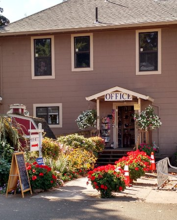Canby, OR: The office and gift shop has beautiful gifts and snacks.