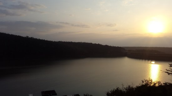 Jozini, Sydafrika: Sunrise over dam - view from hotel room balcony..