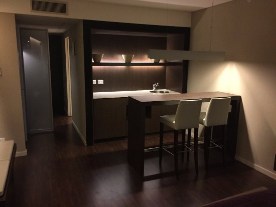 Hotel Madero: Tastefully appointed room with wet bar and high top table