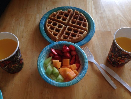 Estero Inn: Free included breakfast with fresh juice, fruits and waffle machine sealed our amazing experienc