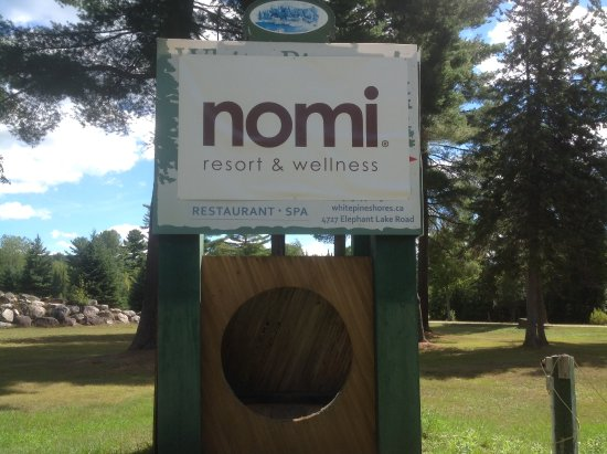Harcourt, Canadá: Nomi Resort sign