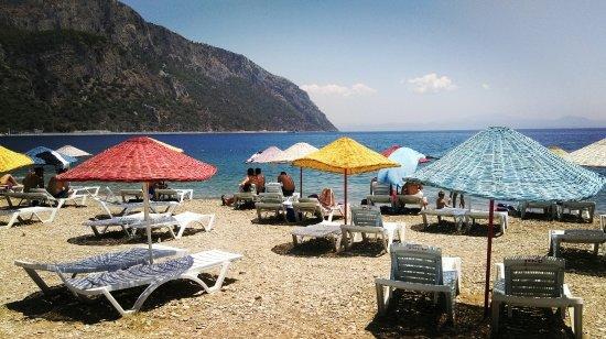 Oren, Turkiet: Ören Plajı'nın çakıllı plajı ayaklarınızı biraz acıtsa da, suyu muhteşemdi.