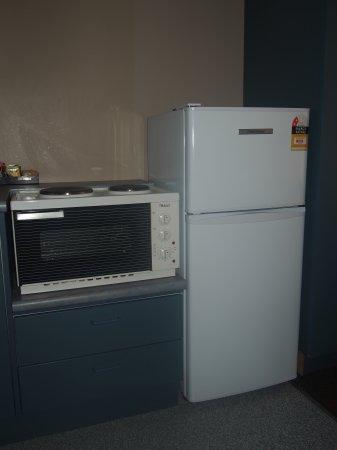 Chardonnay Motor Lodge: 1 Bedroom kitchen-large fridge!