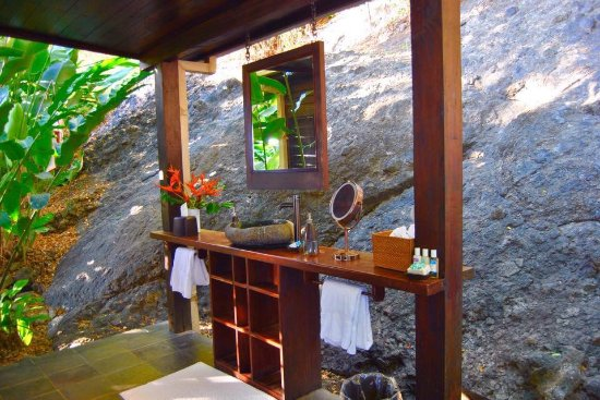 วานูอาเลวู, ฟิจิ: Vatu Villa outdoor shower and bathroom a wonderful experience