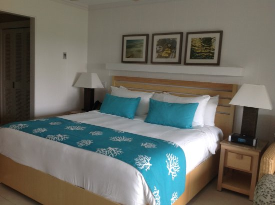 Elbow Beach, Bermuda: Bed is sooo comfortable! Spacious and nice patio too!