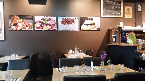 Magdalena's Creperie: Nice and clean decor... And relaxing atmosphere...
