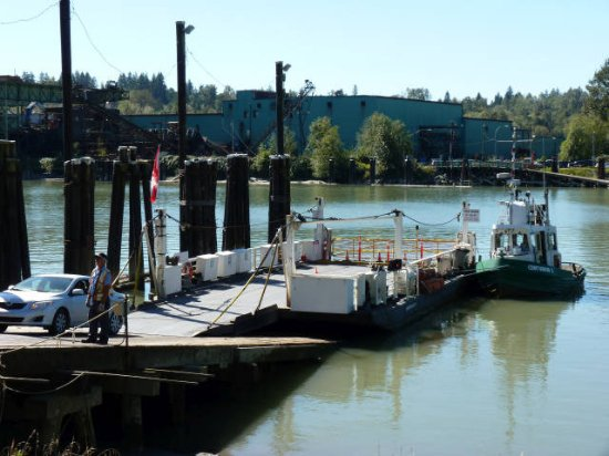 Surrey, Canadá: The ferry--a tugboat and a barge