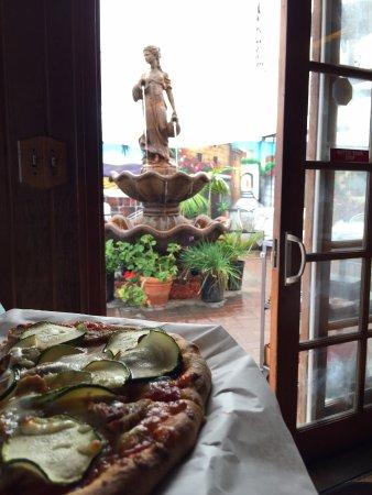 Hank's Italian Restaurant: Beautiful new fountain for patio dining