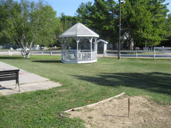 Colonial Resort & Spa: Gazebo, shuffleboard and horseshoes just beside the pool