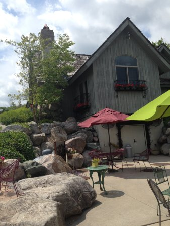 Suttons Bay, MI: Charming outside seating to enjoy wine tasting