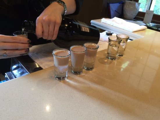 Ancaster, แคนาดา: The bar preparing 'Nuclear Baby' as a shooter. Yum!