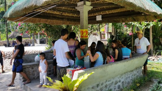 Abuyog, Filipina: Bonding with Family and lots of food before cooling off in pool