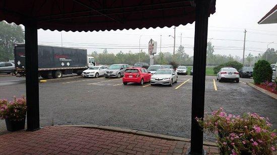 Adam's Airport Inn: the parking lot