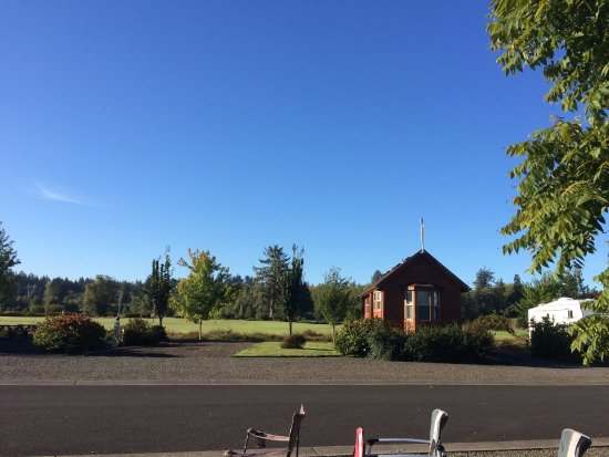 Lewis & Clark RV Park: Looking out onto the golf course. Great green space!