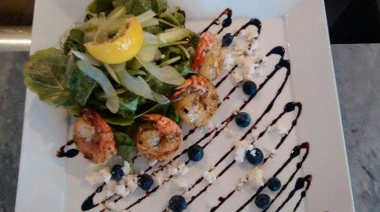 Cobourg, Canadá: Grilled tiger shrimp salad . Omg
