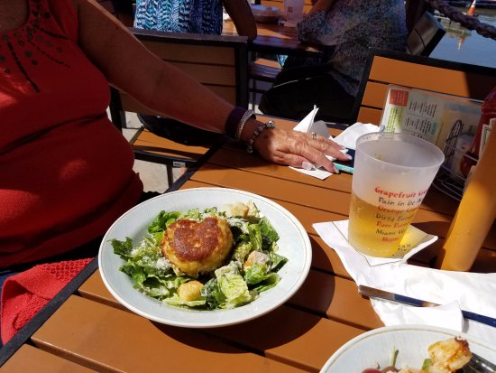 Chesapeake City, Мэриленд: Crabcake Caesar16.99 5oz. crab cake served atop our traditional caesar salad