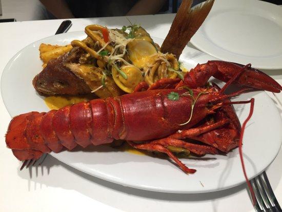 Voorgerecht calamari met rode ui de gele saus met saffraan is