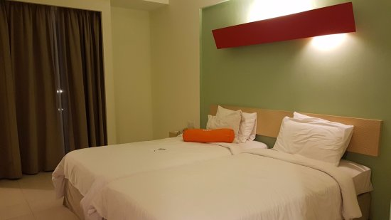 HARRIS Resort Batam Waterfront: Twin room. 2 pillows and a mini bolster provided for each guest.